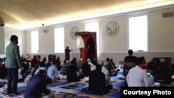 Suasana salat di masjid komunitas Indonesia, IMAAM Center, Maryland (dok: VOA)