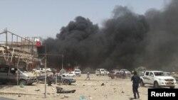 9일 이라크 북부 투즈 코르마토의 차량폭탄테러 현장에서 검은 연기가 피어오르고 있다.