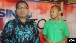 Ketua TGPF Mesuji yang juga Wakil Menteri Hukum dan HAM Denny Indrayana bersama Direktur Eksekutif Nasional WALHI, Berry Nahdian Furqan di Jakarta (19/12).