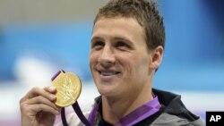 美国游泳选手洛赫特2012年7月28日赢得四百米决赛之后,手持他获得的奥运金牌