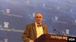 美国学者艾略特·科恩2月15日在传统基金会演讲(美国之音叶林拍摄)