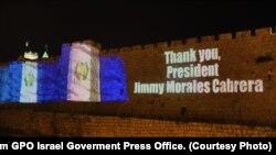 El muro de la Ciudad Vieja de Jerusalén fue iluminado con la bandera de Guatemala en anticipación a la inauguración de la embajada de ese país el miércoles, 16 de mayo, de 2016. Foto cortesía: Sasson Tiram GPO Oficina de Prensa del gobierno de Israel.