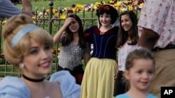 Para pengunjung berfoto dengan karakter-karakter Disney di Disneyland, Anaheim, California (22/1). (AP/Jae C. Hong)