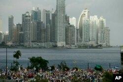 Pregrinos que asisten a la ceremonia de apertura y misa del Día Mundial de la Juventud en Panamá, esperan al papa Francisco. Enero 24 de 2019.