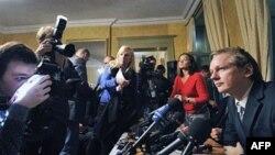 Ông Assange nói rằng ông tính di chuyển các hoạt động của Wikileaks sang Thụy Sĩ.