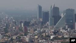 Una neblina cubre la ciudad de México durante horas del mediodía en esta foto tomada el 15 de marzo de 2016, lo que llevó al gobierno a declarar la primera alerta de contaminación ambiental en 11 años.