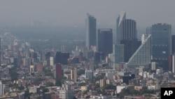 지난 15일 멕시코 수도 멕시코시티 도심이 심각한 스모그로 덮여있다. 시 당국은 이 날 11년만에 처음으로 대기오염 경보를 발령했다.