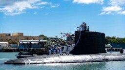 Kapal selam USS Illinois kembali ke Pangkalan Bersama Pearl Harbor-Hickam dari penempatan, 13 September 2021. Australia memutuskan untuk berinvestasi di kapal selam bertenaga nuklir AS dan membatalka kontraknya dengan Prancis untuk membangun kapal selam diesel-listrik. (Foto: AP)