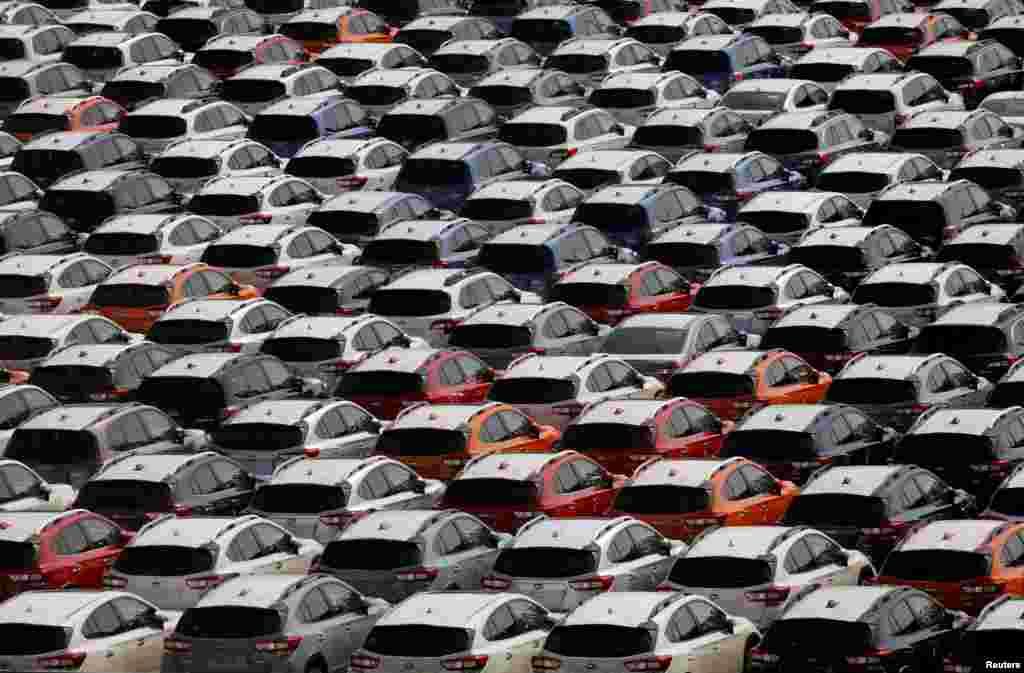 Japonya Yokohama Limanı'nda ihracat edilmek için park halinde bekleyen yeni otomobiller