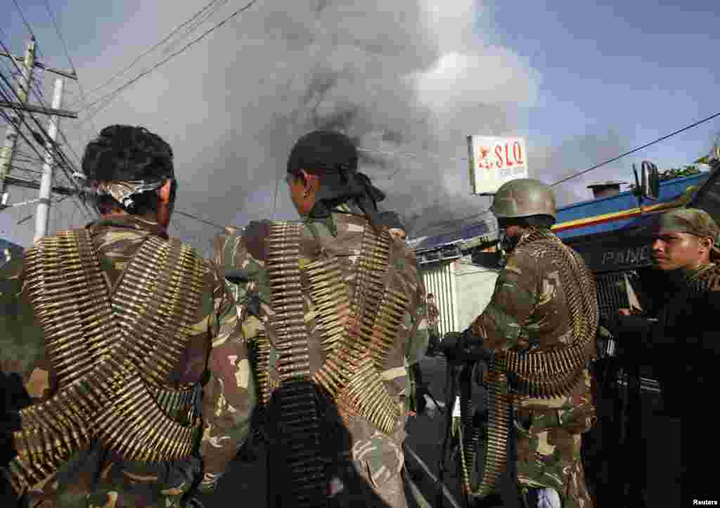 Government soldiers wearing ammunition prepare to attack Muslim rebels in Zamboanga, Philippines, Sept. 13, 2013.