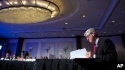 2017年2月25日,美国全国州长协会冬季会议在华盛顿举行。密西西比州州长菲尔·布里安特在开幕式上翻阅文件。