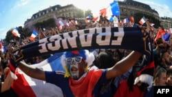 Para pendukung tim sepak bola Perancis meneriakkan slogan-slogan saat berkumpul di 'zona fan' di Paris, 10 Juli 2018.