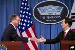 애슈턴 카터 미 국방장관(왼쪽)과 한민구 한국 국방장관이 20일 펜타곤에서 제48차 미-한 연례안보협의에 이어 공동기자회견을 마친 후 악수하고 있다.