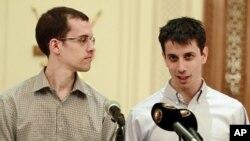 沙恩.鲍尔和乔希.法塔尔(右)9月24日在阿曼与媒体见面