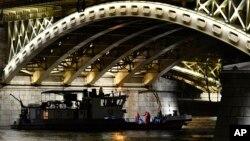 Borodovi koji učestvuju u akciji potrage i spasavanja usidreni izpod Margaretinog mosta u Budimpešti, Mađarska, 5. juna 2019.