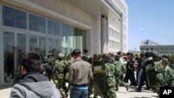 中國防暴警察5月27日與內蒙古抗議民眾對峙