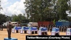 Jenerali Bernard Commis naibu mkuu wa majeshi ya kulinda amani ya UN nchini DRC akitoa heshima za mwisho kwa askari wake waliouawa huko Beni, Kivu Kaskazini, Novemba 18, 2018.(Twitter/Monusco)
