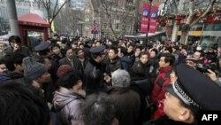 Cảnh sát hối thúc những người tập hợp gần một rạp chiếu bóng ở Thượng Hải, một trong những địa điểm biểu tình được dự định