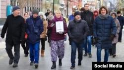 Ирина Славина (в центре, с портретом Бориса Немцова в руках) на шествии памяти убитого политика в Нижнем Новгороде