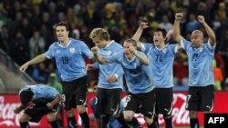 Cầu thủ đội Uruguay vui mừng sau khi Dominic Adiyiah của đội Ghana không ghi được bàn trong cú phạt đền