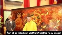 """Thượng tọa Thích Thanh Quyết, cũng là đại biểu Quốc hội Việt Nam, giới thiệu bức tranh """"Đạo pháp và dân tộc"""" tại một buổi lễ mừng ngày sinh của Đức Phật tại Học viện Phật giáo ở Sóc Sơn, Hà Nội, hôm 10/5. (Ảnh chụp màn hình VietNamNet)"""