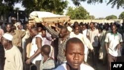 Une procession funéraire d'un des agriculteurs tués par des jihadistes de Boko Haram à Kalle, un village reculé situé à 17 km de Maiduguri, le 20 octobre 2018.