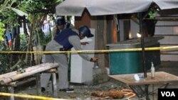 Aparat memeriksa TKP bom buku di Komunitas Utan Kayu, Selasa (15/3). Sebuah bom paket kembali meledak, kali ini di Cibubur.