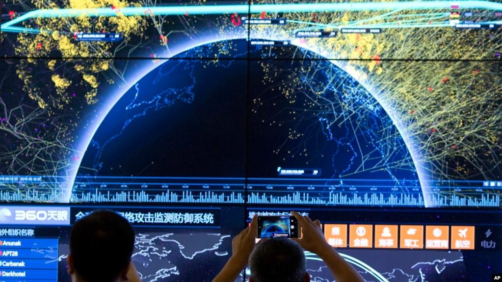 资料照片:第四届中国网络安全大会期间显示的全球网络袭击视觉效果。(2016年8月16日)