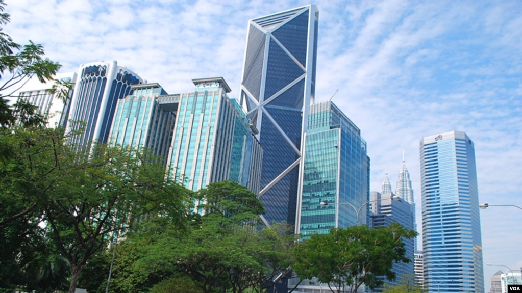 """馬來西亞首都吉隆坡市中心。 中資企業2015年曾先後兩次從傳出腐敗醜聞的馬來西亞政府投資基金—— """"一馬投資""""手中購置地產。 (2016年3月10日,美國之音朱諾拍攝)"""