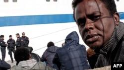 Di dân chờ tại cảng Lampedusa sau khi được giải cứu.
