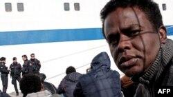 Un migrant dans le port de Lampedusa, Italie, 20 février 2015.
