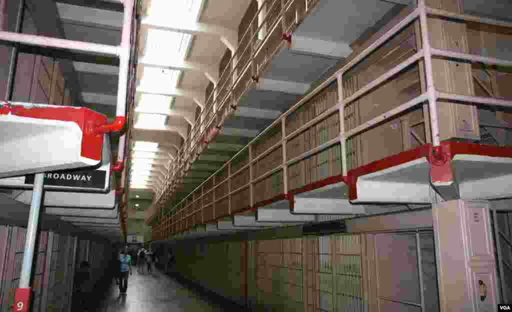 Zatvor Alcatraz je imao 300 ćelija.