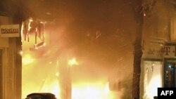 Cửa hàng cháy rực trong khi xảy ra các vụ cướp bóc ở Woolwich, một quận nằm về huớng đông nam London hôm 9/8/2011