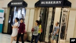 顾客走出英国奢侈品制造商博伯利(Burberry)在上海开设的分店。(资料照)