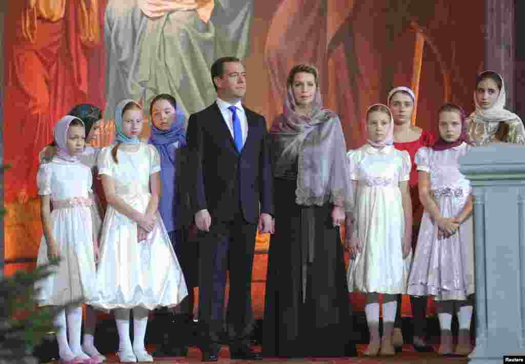 Премьер-министр России Дмитрий Медведев с супругой в окружении девочек-хористок на рождественской службе