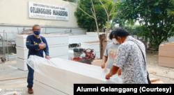 Alumni Gelanggang Mahasiswa UGM memproduksi peti mati bagi jenazah COVID-19. (Foto: Courtesy/Alumni Gelanggang)