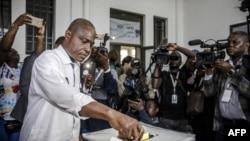 Le candidat à la présidentielle Martin Fayulu a voté devant le bureau de vote de l'Institut de la Gombe lors des élections générales de la RDC, à Kinshasa le 30 décembre 2018.