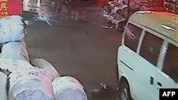 Bé Vương Duyệt Duyệt 2 tuổi bị xe tải cán, và sau đó người qua đường để mặc em nằm chảy máu ở trên đường cho tới khi bé lại bị xe cán một lần nữa