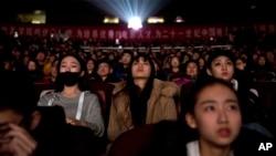 2018年3月22日,观众们在北京电影学院观看国家支持的纪录片《厉害了,我的国》。