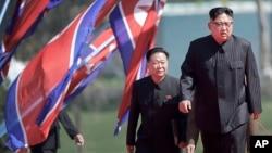 Severnokorejskli lider Kim Džong Un (desno) i Čo Rjong Hae, potpredsednik Centralnog komiteta Radničke partije, stižu na zvanično otvaranje Riomiong rezidencionalne oblasti, u Pjongjangu, Severna Koreja, 13. aprila 2017.