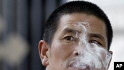 中國煙民處處﹐控煙工作仍任重道遠。