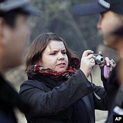 吴玉仁的加拿大妻子给支持者照相