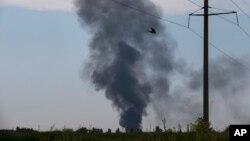 Khói bốc lên từ địa điểm chiếc trực thăng bị bắn rơi, bên ngoài Slovyansk, Ukraine, 29/5/14