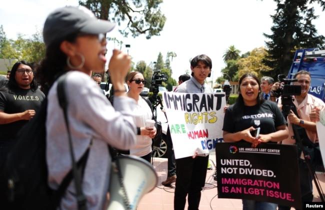 Manifestantes protestan contra la terminación del programa de Acción Diferida para los Llegados en la Infancia (DACA, por sus siglas en inglés) afuera del Tribunal de Apelaciones del Noveno Circuito en Pasadena, California, 15 de mayo de 2018.