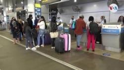Viajeros en aeropuerto de Miami-Acción de Gracias