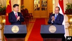 Presiden Mesir Abdel Fattah el-Sissi (kanan) saat bertemua Presiden China Xi Jinping di Kairo (foto: dok). China adalah mitra ekonomi Mesir terbesar kedua tahun 2019 lalu.