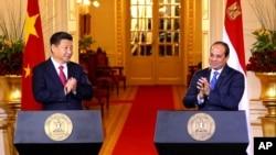 이집트 카이로를 방문한 시진핑 중국 국가주석(왼쪽)이 21일 압델 파타 엘시시 이집트 대통령과 정상회담을 가진 후 공동기자회견을 하고 있다.