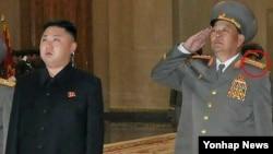 지난 2012년 10월 평양에서 노동당 창건 67주년 행사에 참석한 현영철 북한 군 총참모장(오른쪽). 당시 차수에서 대장으로 계급장을 낮춰단 모습이 포착됐었다. (자료사진)