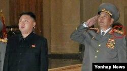 지난 10일 평양에서 노동당 창건 67주년 행사에 참석한 현영철 북한 군 총참모장(오른쪽). 차수에서 대장으로 계급장을 낮춰달았다.