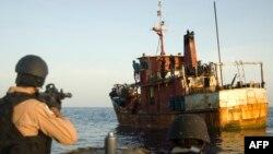 La Garde côtière américaine arraisonne un ravitailleur pirate dans le Golfe Aden13 mai 2009.